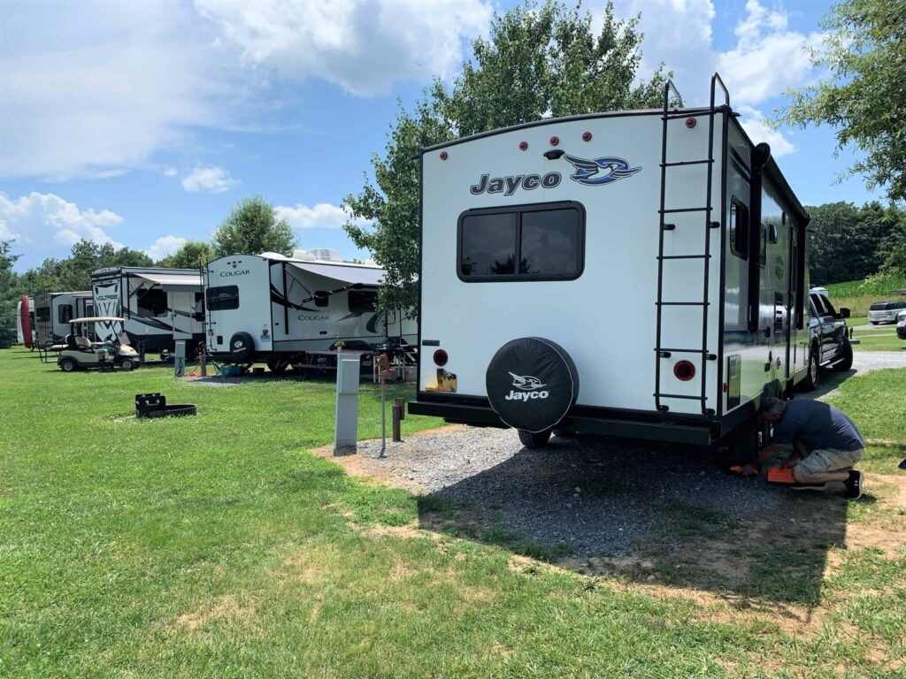 Leveling camping trailer